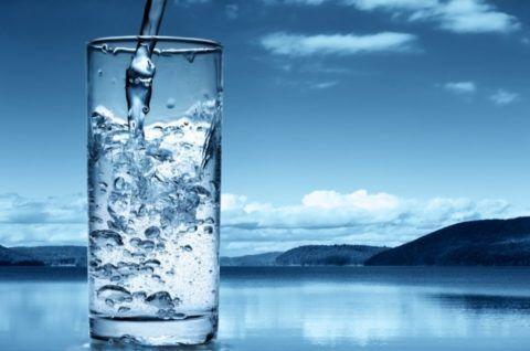 Пейте побольше чистой негазированной воды, она необходима межпозвоночным дискам