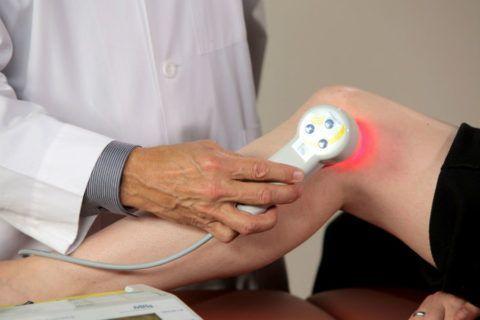Физиотерапия поможет избавиться от щелчков в суставах.
