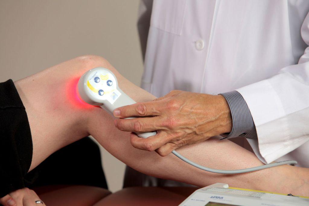 Как проводят лечение суставов лазером