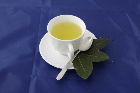 Настой «лаврушки» с медом поможет избавиться от боли в сочленениях.