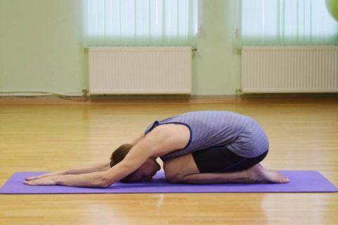 В позе Зайца (асана Шашанкасана) спину сильно не округляйте, замрите на 60 секунд