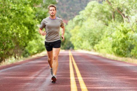 Заниматься бегом и спортивной ходьбой лучше на стадионе, в удобной обуви и одежде