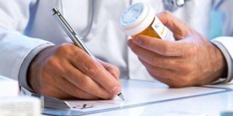 Для лечения остеопороза врач выписывает комплекс лекарственных средств, варьироваться они могут в зависимости от причины, что привела к формированию недуга.