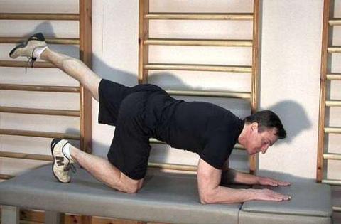 На фото Игорь Борщенко выполняет упражнения лично