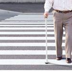 При артрозе в пожилом возрасте, вспомогательные средства для передвижения (например, трость) помогут уменьшить нагрузку на больное сочленение