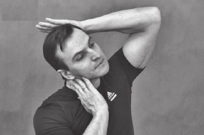 Растягиваем боковые мышцы шеи