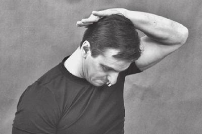 Растягиваем задние мышцы шеи