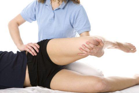 Разминание сустава во время массажа