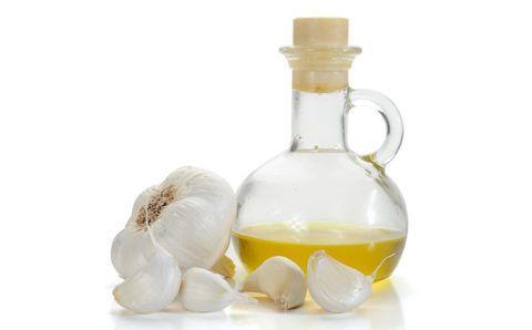 Состав для компрессов на основе чеснока и растительного масла поможет снять воспаление, уменьшит боль и отеки сочленений.