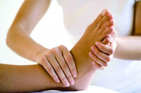 Во время сеанса массажа при артрозе голеностопа прорабатываются все суставы стопы