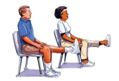 На фото показано, как нужно выполнять упражнения, сидя на стуле