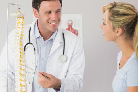 При болях в спине обязателен осмотр доктором