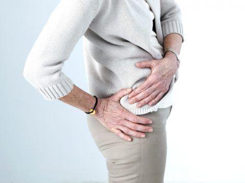 Дискомфорт в тазобедренных суставах при движениях, а затем и в состоянии покоя – часто является признаком прогрессирующей патологии.