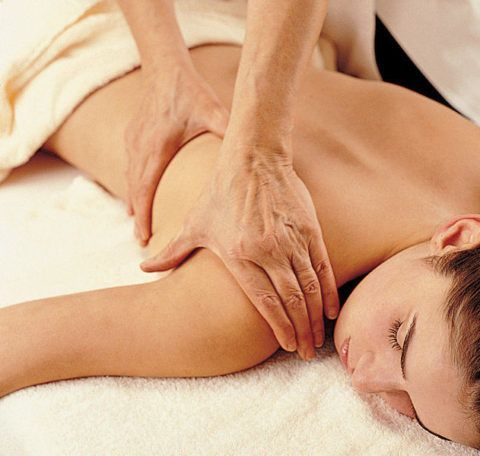 На фото изображен массаж плеча