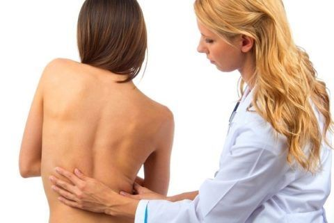 На первом этапе диагностики врач опрашивает пациента и тщательно осматривает его