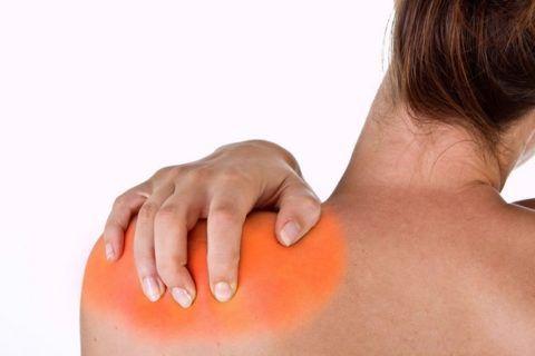 Наиболее часто на наличие суставных недугов указывают боль, припухлость и покраснение в области плеча.