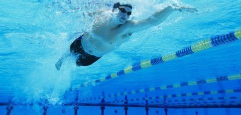 Плаванье – отлично подходит, как щадящая нагрузка после операций на колене.