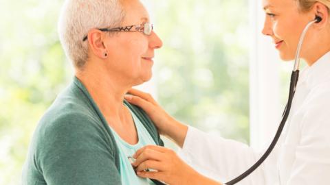 При подозрениях на заболевания опорно-двигательного аппарата необходимо посетить врача.