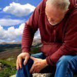 При развитии воспаления в тазобедренном сочленении человек может ощущать болезненность уже во всей конечности.