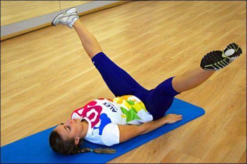 Разведение ног лежа на спине помогает растягиванию связок и повышению их пластичности.