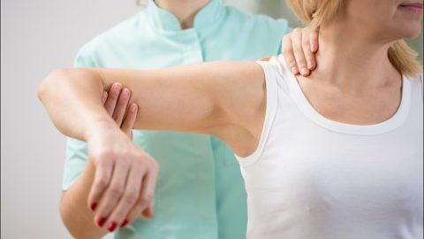 Ротацию согнутой в локте руки необходимо производить в первое время с помощью специалиста, чтобы не повредить ранее травмированные суставные ткани.