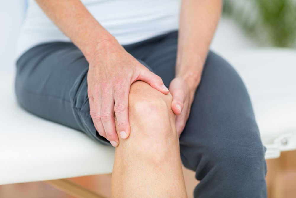 Как проявляется повреждение связок коленного сустава, и как его лечить