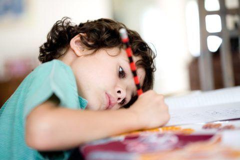 Длительное, постоянное неудобное положение во время занятий приводят к нарушению осанки у детей