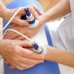 Физиотерапевтическая процедура при воспалительном процессе суставной ткани кистей и пальцев.