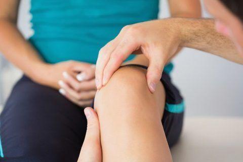 Лечение кисты коленного сустава специалист назначает в индивидуальном порядке