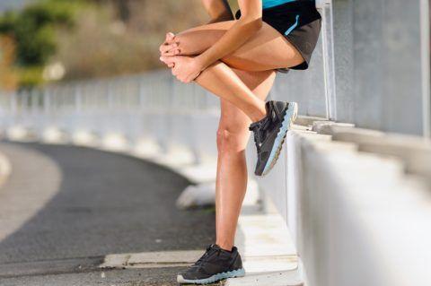 На фото представлен спортсмен с повреждением сустава колена.