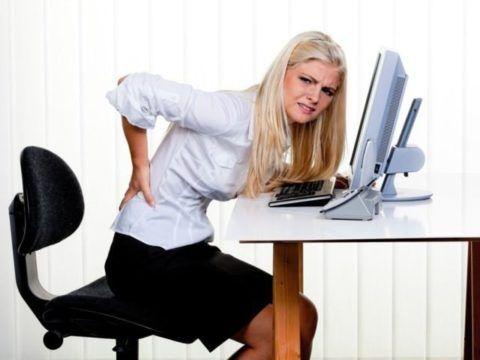 При длительном вынужденном положении, например, при работе за компьютером могут хрустеть спина, колени, запястье.