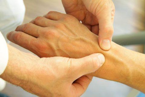 С помощью метода пальпации выявляются болезненность и небольшие уплотнения
