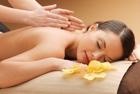 Усилить воздействие целебных водных процедур способен расслабляющий массаж, выполненный профессионально специалистом или аккуратно близким человеком.