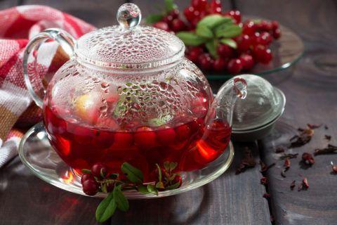 Для улучшения вкуса напитка в чай можно добавить не только листья, но и ягоды брусники.