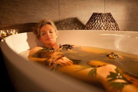 Лечебная теплая ванна поможет не только уменьшить боль, но и расслабиться перед сном.