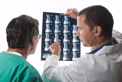 Лечением заболевания занимается ортопед