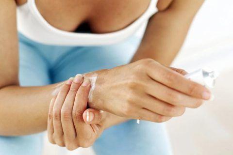 Местное втирание мази для предотвращения образования отёка мягких тканей и снятия болевого синдрома.