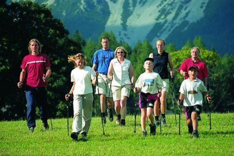 На фото норвежская ходьба