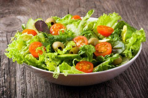 Овощной салат – идеальное блюдо для снижения веса, насыщенное к тому же, витаминами.