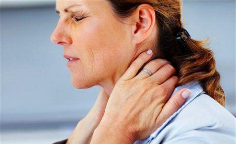 При остеохондрозе шейного участка развиваются нарушения в хрящевой ткани позвоночных дисков