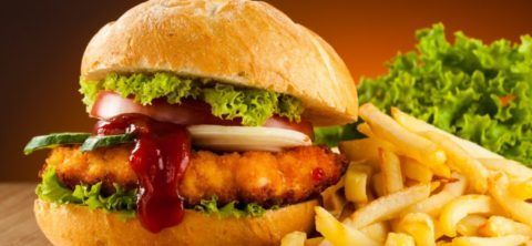 Прием в пищу калорийных и жирных блюд – одна из причин развития остеохондроза.
