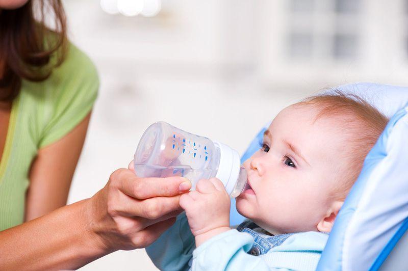 Младенцу необходимо поддерживать водный баланс для его активного роста.