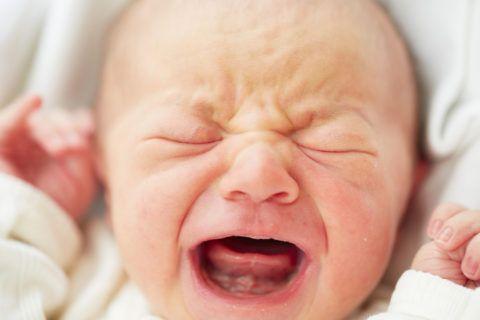 Боль, вызванная движением конечностей, говорит о начале развития патологии. Родителям необходимо отнести младенца к специалисту и провести диагностику.