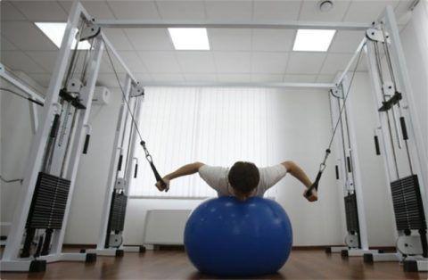 Больному назначаются упражнения, укрепляющие мышцы спины и живота