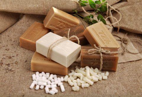 Для лечебных аппликаций следует использовать только натуральное хозяйственное мыло.