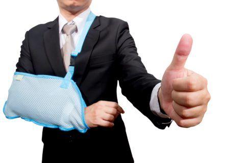 Фиксация руки в неподвижном положении для правильного срастания суставов и связок.