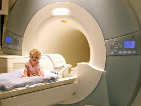 КТ и МРТ проводят в детском возрасте под общим наркозом. Процедура длится до 40 минут. Ребёнок всё время должен быть обездвижен и находиться в расслабленном состоянии.