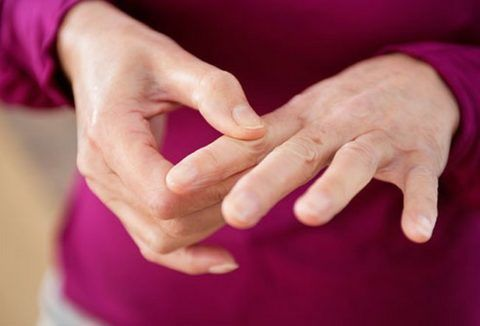 Нарост на суставе пальца верхней конечности с течением времени может увеличиваться в размере