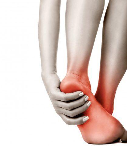 Первый симптом развития патологического процесса в суставной ткани стопы – боль.