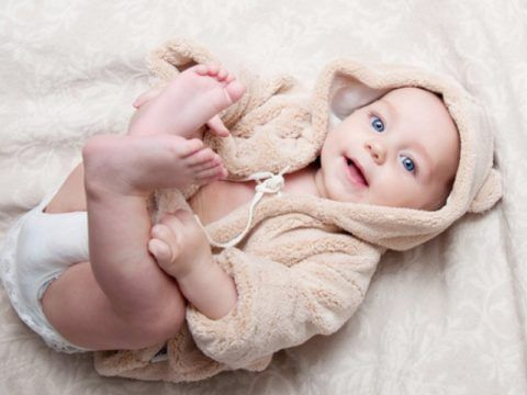 Распространённая поза, в которой родители обращают внимание на посторонние звуки, при осуществлении движений ребёнком в домашних условиях.